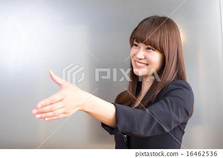 상대의 눈을보고 악수의 손을 내미는 비즈니스 우먼 미소 16462536