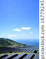 風力発電用風車とソーラーパネルが並んだ発電所 16779245