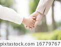 ผู้ปกครองและมือเด็ก 16779767