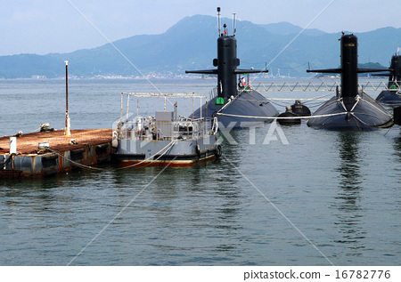 A city where you can see a submarine 16782776