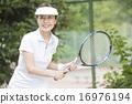 테니스를하는 50 대 여성 16976194