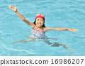 เด็กผู้หญิงเล่นในสระว่ายน้ำ 16986207