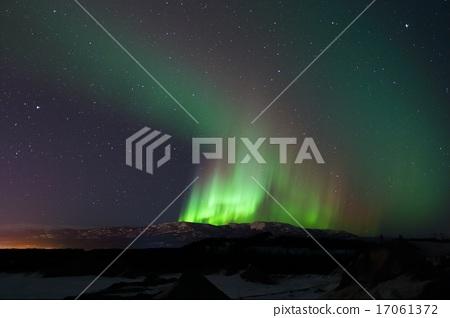 極光在山上強烈地照耀著 17061372