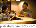 咖啡館店員和顧客 17129125
