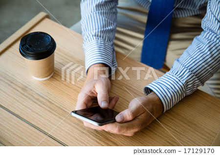 在咖啡館的一個商人 17129170