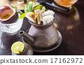 在一個陶製茶壺煮食物蒸汽 柚子(小柑橘類水果) 日本食品 17162972