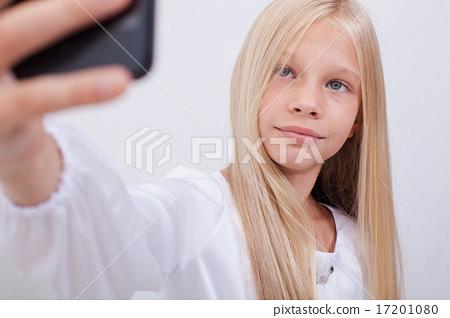 pretty teen girl taking selfies with her smart phone 17201080
