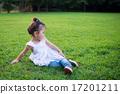 公園で遊ぶ女の子 17201211