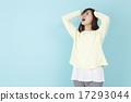 一個女人抱著一個頭 17293044