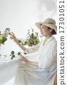 享受花的佈置的婦女 17301051