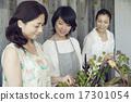 享受花的佈置的婦女 17301054