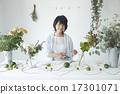 享受花的佈置的婦女 17301071