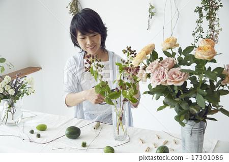 享受花的佈置的婦女 17301086