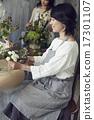 享受花的佈置的婦女 17301107