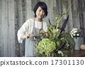 享受花的佈置的婦女 17301130
