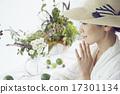享受花的佈置的婦女 17301134