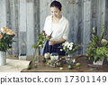 享受花的佈置的婦女 17301149