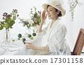 享受花的佈置的婦女 17301158