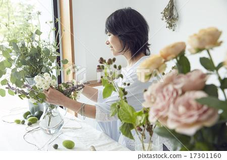 享受花的佈置的婦女 17301160