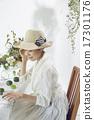 享受花的佈置的婦女 17301176