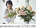 享受花的佈置的婦女 17301189
