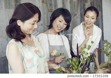 享受花的佈置的婦女 17301208