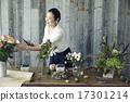 享受花的佈置的婦女 17301214