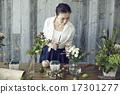 享受花的佈置的婦女 17301277