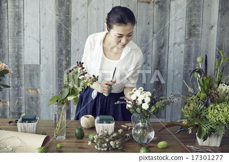 享受花的布置的妇女 17301277