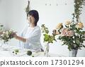 享受花的佈置的婦女 17301294