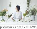 享受花的布置的妇女 17301295