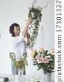 享受花的佈置的婦女 17301327