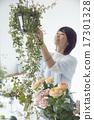 享受花的佈置的婦女 17301328