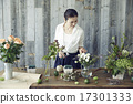 享受花的布置的妇女 17301333