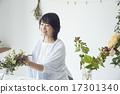 享受花的佈置的婦女 17301340