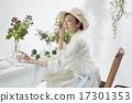 享受花的佈置的婦女 17301353