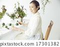 享受花的佈置的婦女 17301382