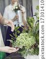 享受花的佈置的婦女 17301410