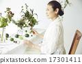 享受花的佈置的婦女 17301411