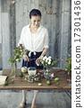 享受花的布置的妇女 17301436