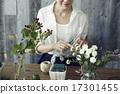 享受花的佈置的婦女 17301455