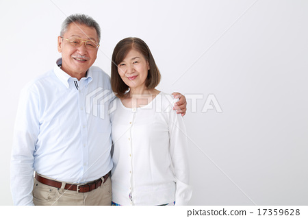 A friend and senior couple who takes a shoulder 17359628