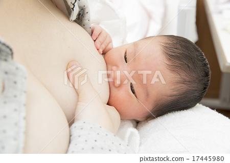 가슴을 마시면 아기 17445980