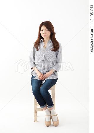 중년 여성 일본인 미들 여성 의자 전신 17559743