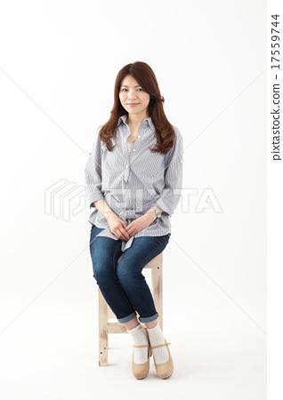 중년 여성 일본인 미소 중간 여자 의자 전신 17559744