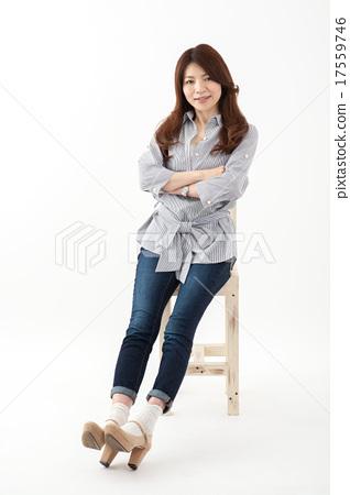 중년 여성 일본인 미소 중간 여자 의자 전신 17559746