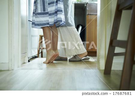 父母和孩子在家裡一起度過時間 17687681