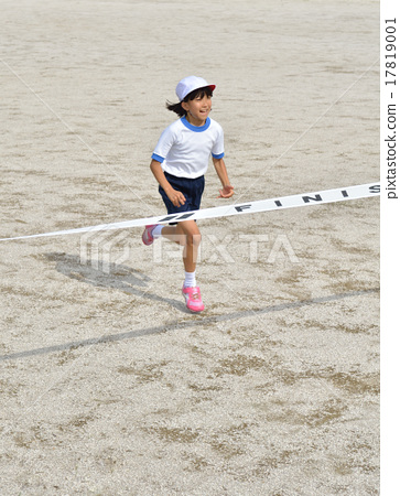 Running girls (gym clothes, goal tape) 17819001