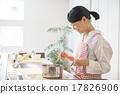 밝은 부엌에서 요리하는 여자 17826906