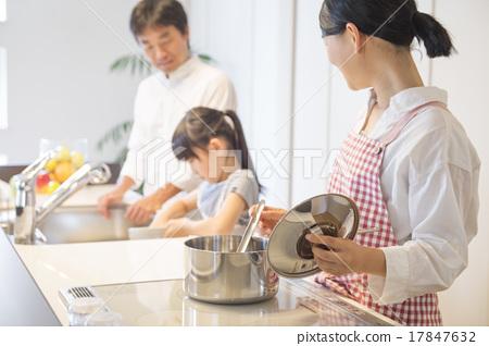 밝은 부엌에서 요리를하는 가족 17847632